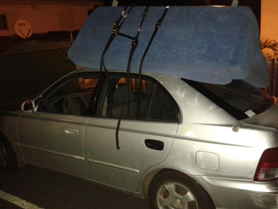 transporter un canap sur le toit d une voiture voitures. Black Bedroom Furniture Sets. Home Design Ideas